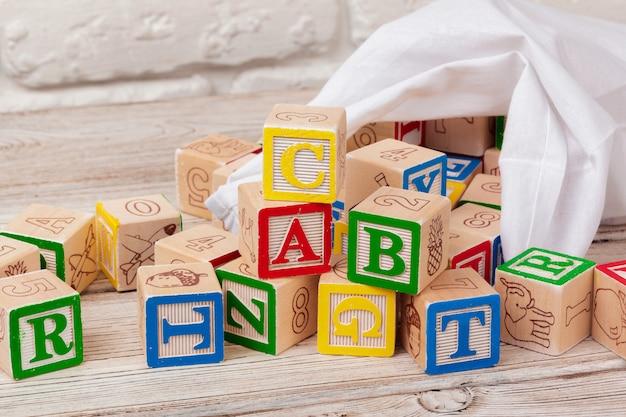 Veelkleurige houten speelgoed blokken op houten tafel