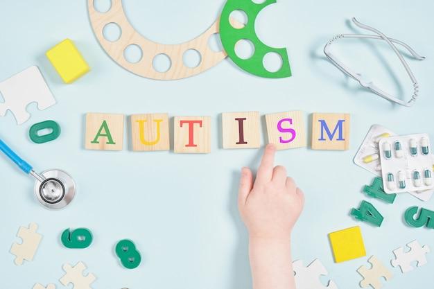 Veelkleurige inscriptie autisme op houten pleinen