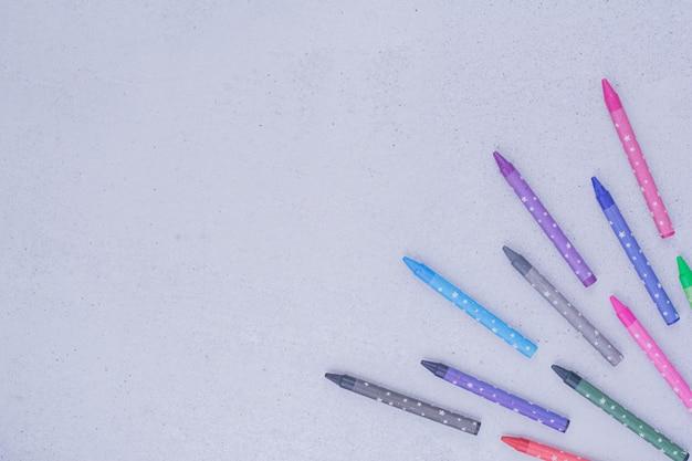 Veelkleurige kleurpotloden voor het maken of schilderen op grijs.