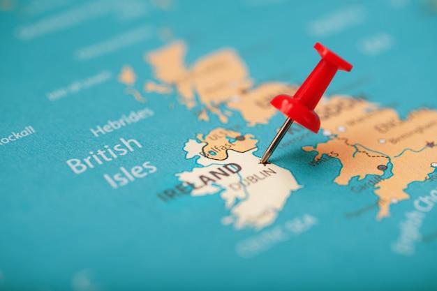 Veelkleurige knoppen geven de locatie en coördinaten van de bestemming op de kaart van ierland aan