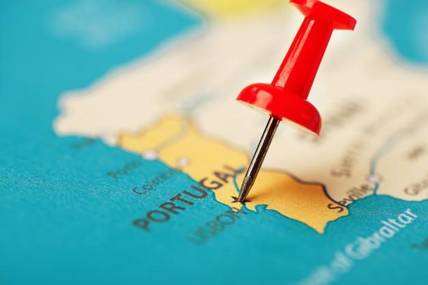 Veelkleurige knoppen geven de locatie en coördinaten van de bestemming op de kaart van portugal aan