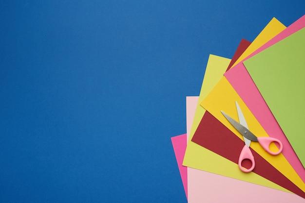Veelkleurige knutselpapier en plastic schaar
