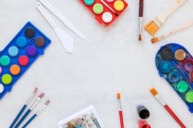 Veelkleurige kunstenaar paletten kopie ruimte plat leggen