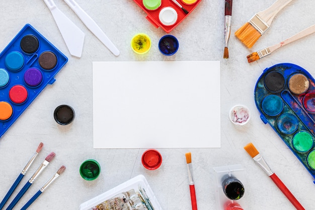 Veelkleurige kunstenaarspaletten en gekleurde penselen