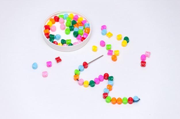 Veelkleurige kunststof kralen. zelfgemaakt spel voor kinderen ontwikkelingsconcept.