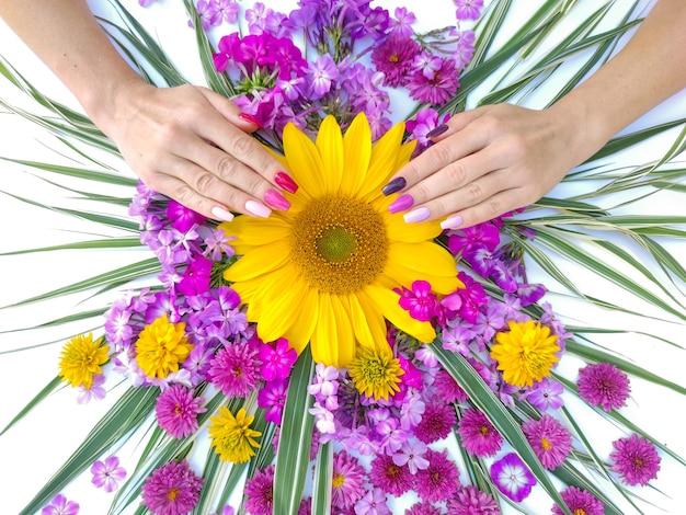 Veelkleurige lange manicure met een compositie van bloemen