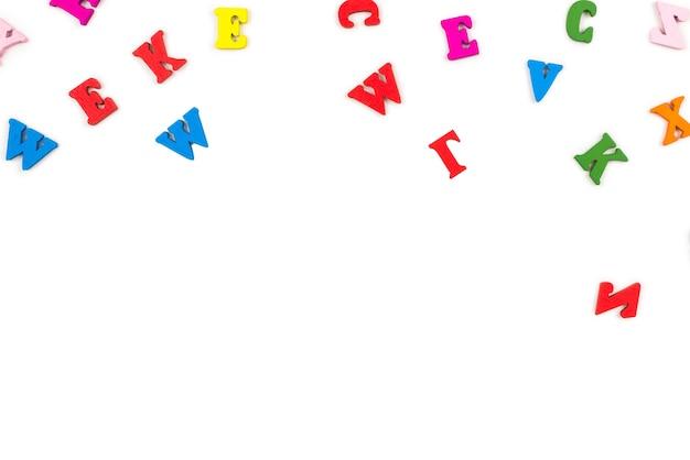 Veelkleurige letters geïsoleerd op een witte achtergrond. bovenaanzicht.