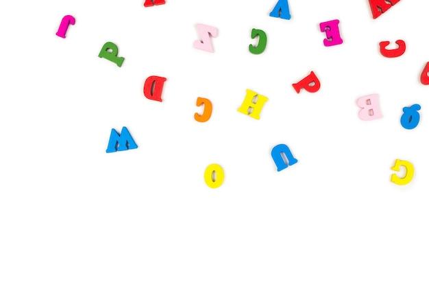 Veelkleurige letters geïsoleerd op een witte