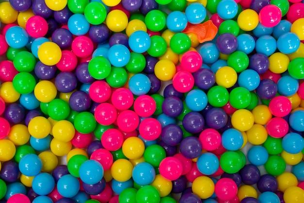 Veelkleurige levendige plastic bal in speelstation voor kinderen.