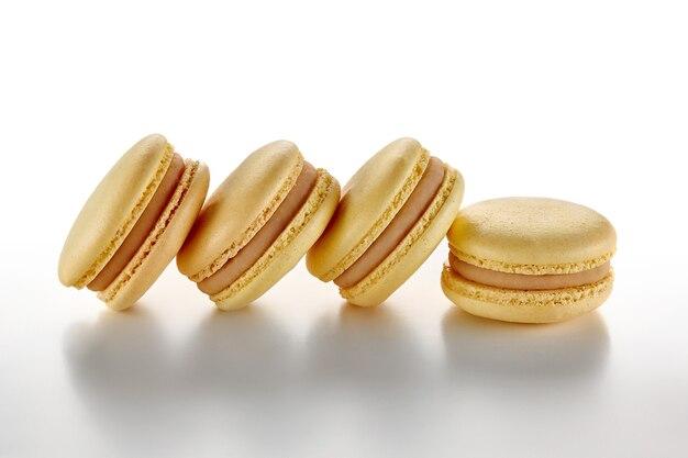 Veelkleurige macaron op pastellicht oppervlak