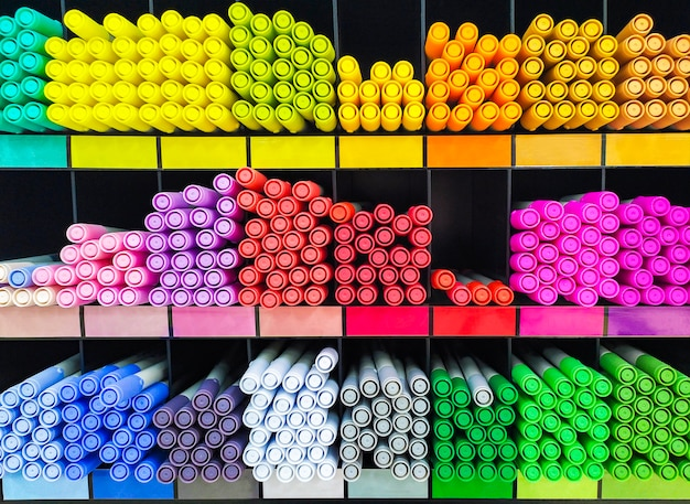 Veelkleurige markeringen op planken zijn gerangschikt in regenbogen. briefpapier en kleurgereedschap. creativiteitconcept - gekleurde pennen voor kunst, workshop, ambacht. winkel met kunstbenodigdheden.