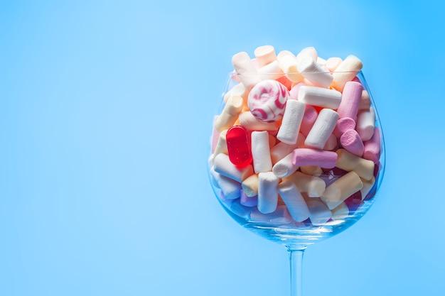 Veelkleurige marshmallows in een wijnglas.
