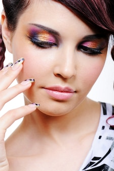 Veelkleurige oogschaduw voor mooie jonge mooie vrouw