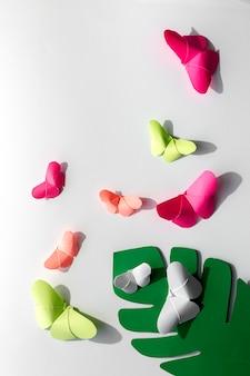 Veelkleurige origami-vlinders van bovenaf