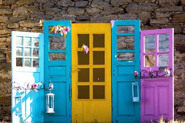 Veelkleurige oude deuren, kies er een