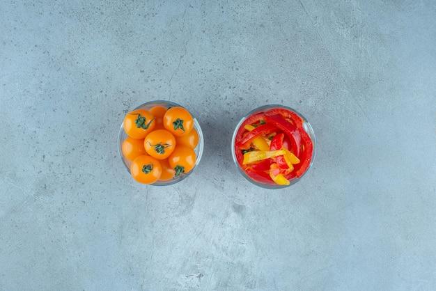 Veelkleurige paprikasalade in een glazen beker.