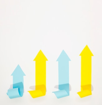 Veelkleurige pijlen die met exemplaarruimte benadrukken