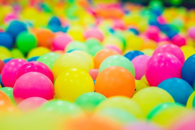 Veelkleurige plastic ballen in een pool