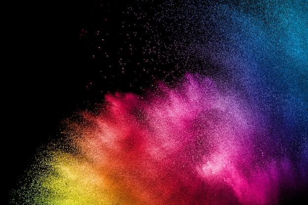 Veelkleurige poeder explosie op zwarte achtergrond.