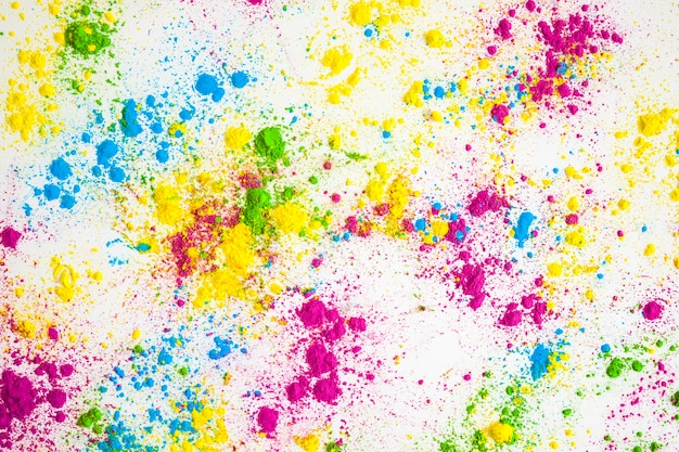 Veelkleurige poeder splatter op witte achtergrond