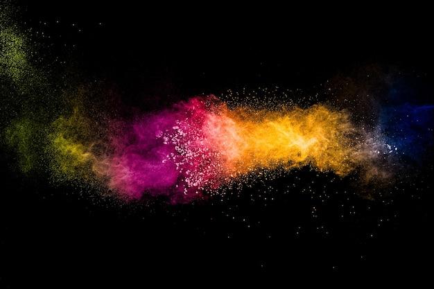 Veelkleurige poederexplosie op zwarte achtergrond. kleurrijk van pastelpoederexplosie.