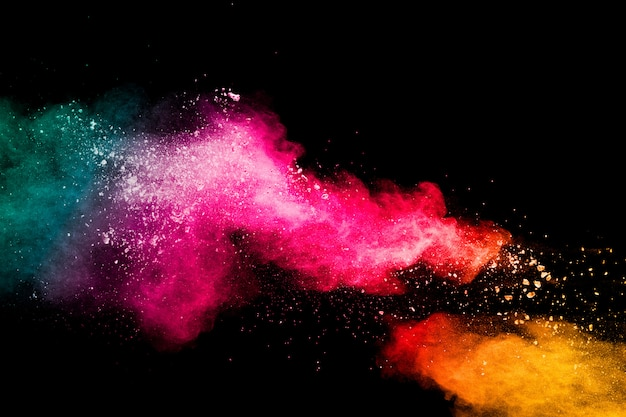 Veelkleurige poederexplosie op zwarte achtergrond kleurrijke rode geelgroene plonswolk op achtergrond.