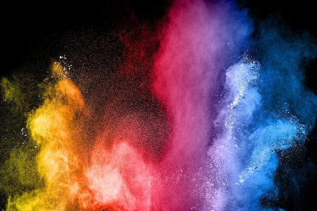 Veelkleurige poederexplosie op zwarte achtergrond.