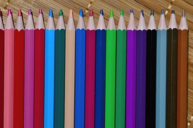 Veelkleurige potloden die aan elkaar zijn opgemaakt.