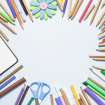 Veelkleurige potloden die in cirkel liggen