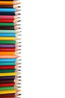 Veelkleurige potloden die op witte achtergrond worden geïsoleerd