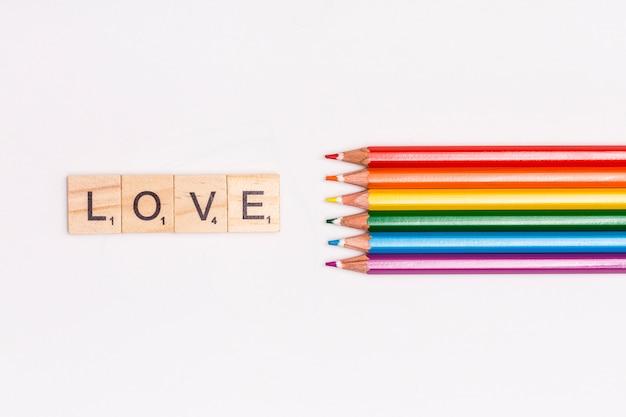 Veelkleurige potloden en liefde letters