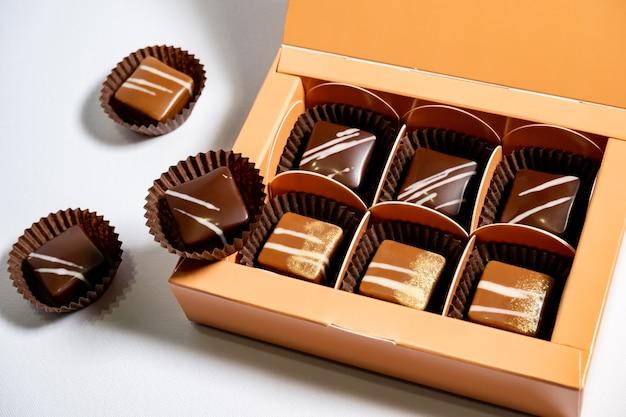 Veelkleurige prachtig versierde handgemaakte snoepjes met vullingen.