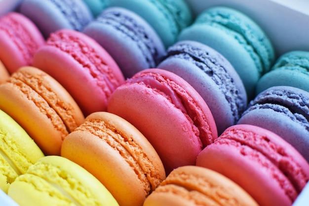 Veelkleurige regenboog macaron-desserts