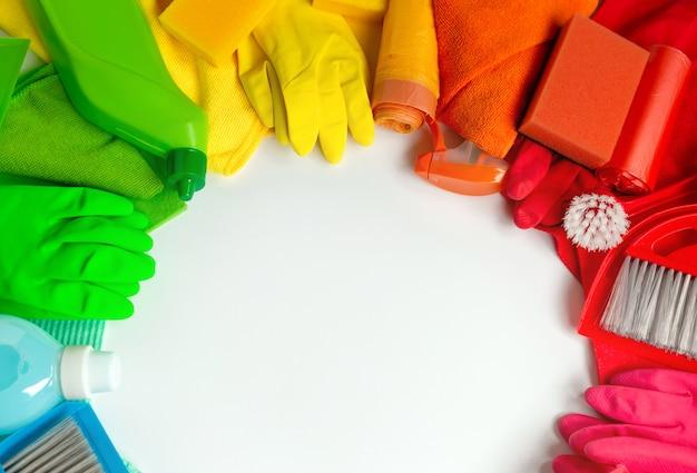 Veelkleurige reinigingsset in het huis op een witte achtergrond.