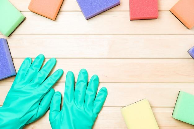 Veelkleurige schoonmakende sponsen op houten achtergrondexemplaarruimte