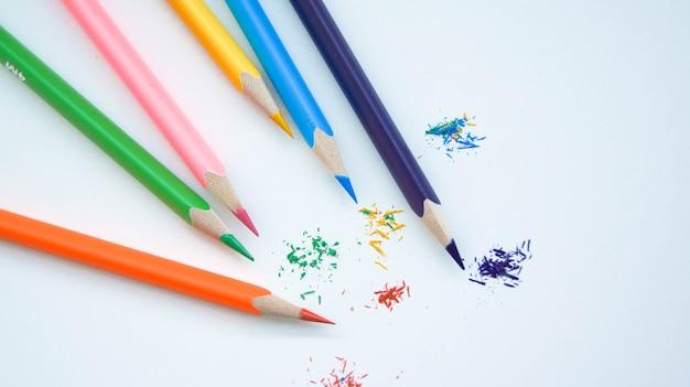 Veelkleurige set geslepen houten potloden op witte achtergrond