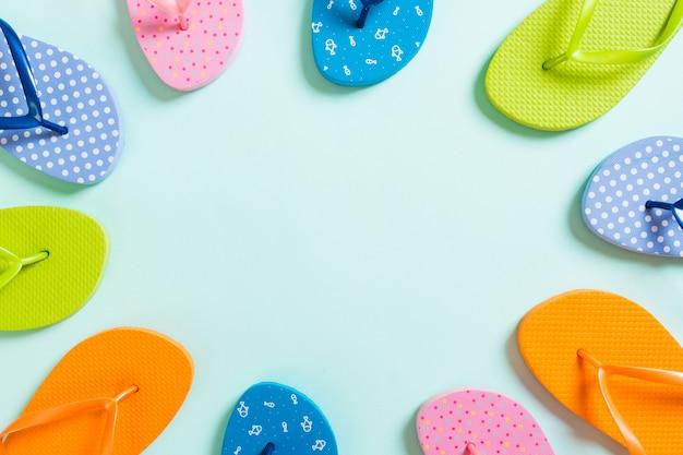 Veelkleurige slippers in een cirkel