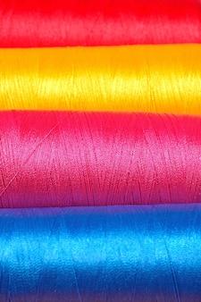 Veelkleurige spoelen draad macro achtergrond