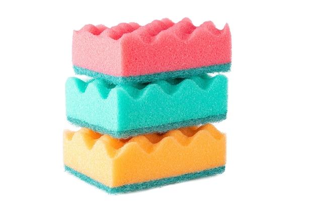 Veelkleurige sponzen voor afwas geïsoleerd op een witte achtergrond