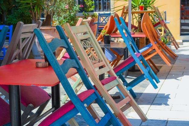 Veelkleurige stoelen in het café in griekenland corfu