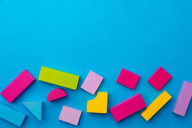 Veelkleurige stukjes speelgoed constructor op blauwe achtergrond