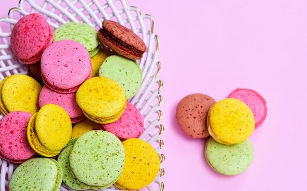 Veelkleurige taarten met amandelmeel