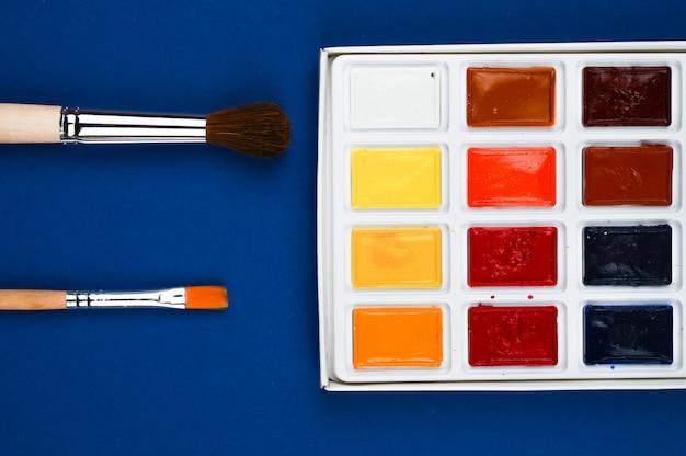 Veelkleurige verf en penselen