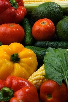 Veelkleurige verse groenten courgette tomaten komkommers paprika's maïs