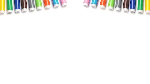 Veelkleurige viltstiften op witte ruimte.