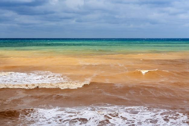 Veelkleurige zeegezicht in bewolkt weer horizonlijn tussen lucht en water