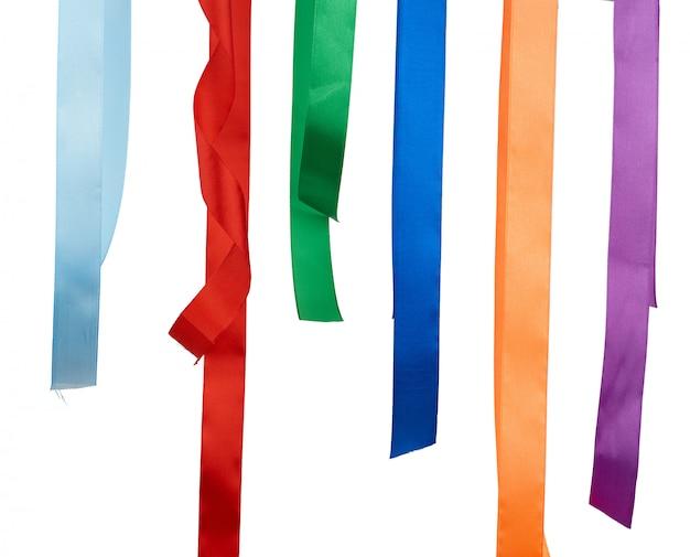 Veelkleurige zijden linten geïsoleerd op wit