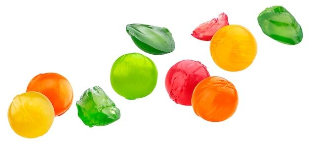Veelkleurige zoete lolly gehele en gebeten stukken geplaatst die op witte achtergrond worden geïsoleerd