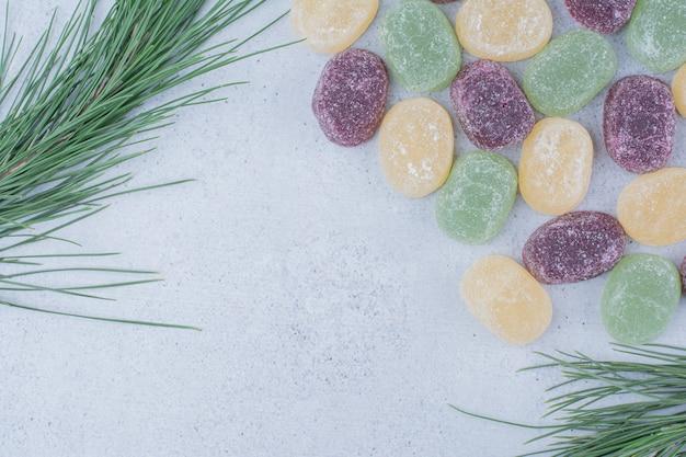 Veelkleurige zoete marmelades op marmeren achtergrond.