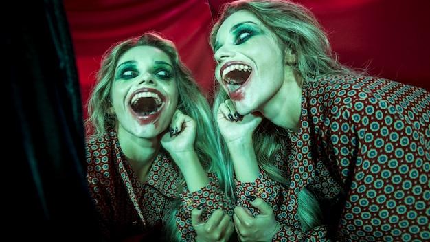 Veelvoudig spiegeleffect van vrouw die een griezelige lach heeft